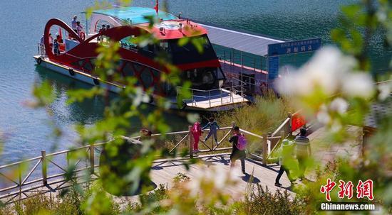 游人在码头有序登船游览天池。王小军 摄