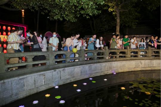 嘉宾们在池边放荷灯。 主办方供图