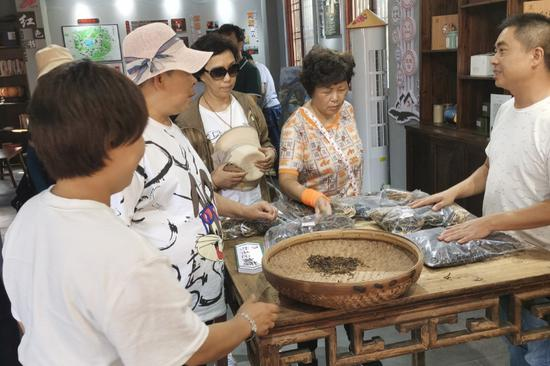 游客在党群服务中心挑选当地特产。雅阳镇供图