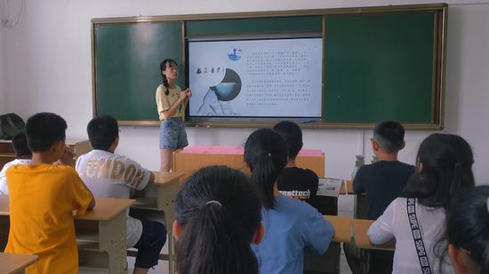 队员进学校传播青瓷文化 陈文睿 摄