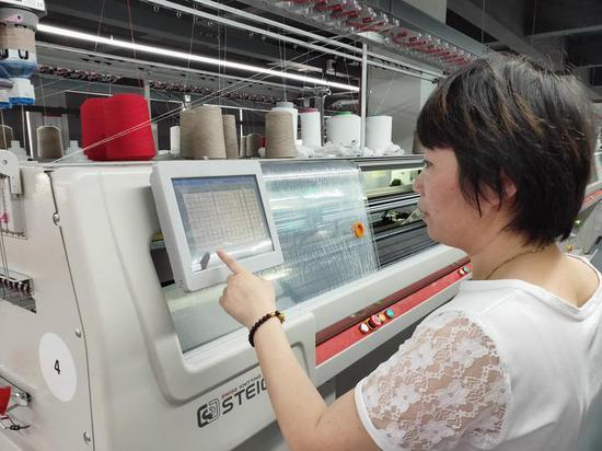 员工在操作机器 桐乡市宣传部提供