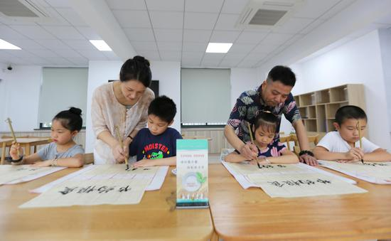 """环渚街道组织的""""学书法倡节粮""""活动 施莉娜 摄"""