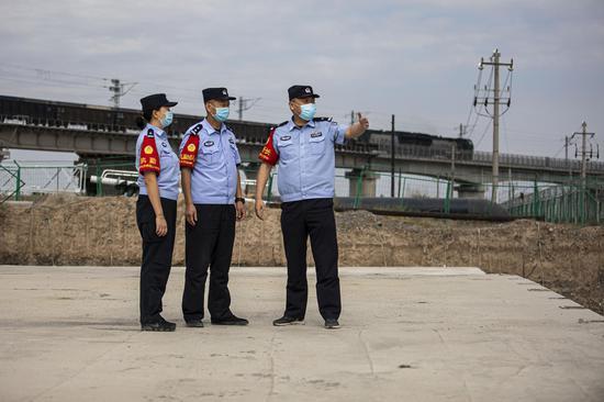 民警对铁路线路进行安全巡视。