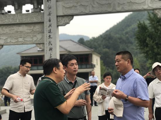 与会专家探讨乡村建设   江杨烨 摄
