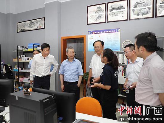 农发行领导一行考察隆林县消费扶贫电商平台。黄慧文  摄
