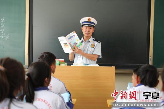 消防救援支隊宣傳人員向學生講解消防安全知識