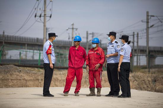 乌鲁木齐铁路公安处民警�护航复工生产保安全
