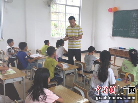 广西宁明县鲜花献给最美乡村教师