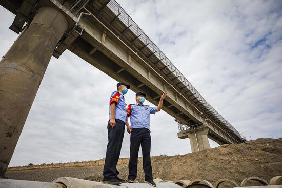民警重点铁路线路安全巡视。