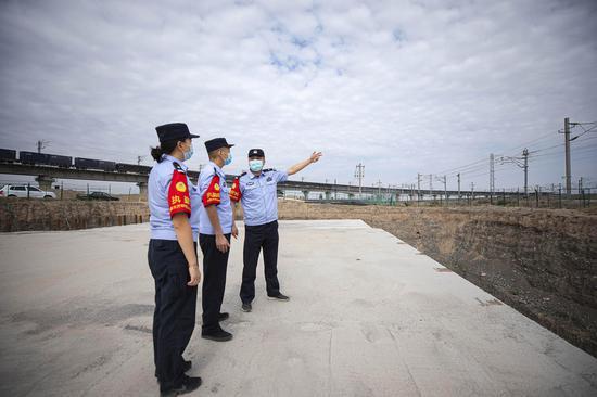 民警重点铁路线路进行安全巡视。
