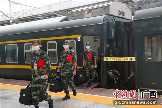 剛到站的新兵陸續走下火車。李燦明 攝