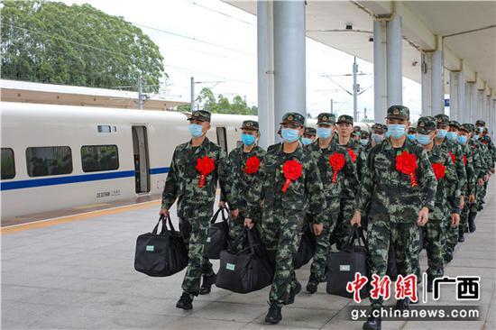 9月10日,新兵們邁著整齊的步伐走出車站。崔程 攝