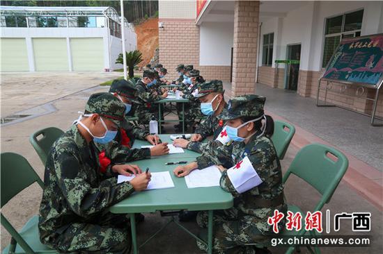 入營新兵正在填寫入營新兵流行病學調查表。李燦明 攝