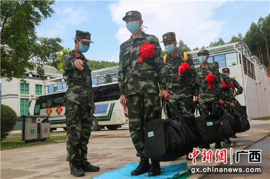 組織剛入營的新兵做好消毒工作。李燦明攝
