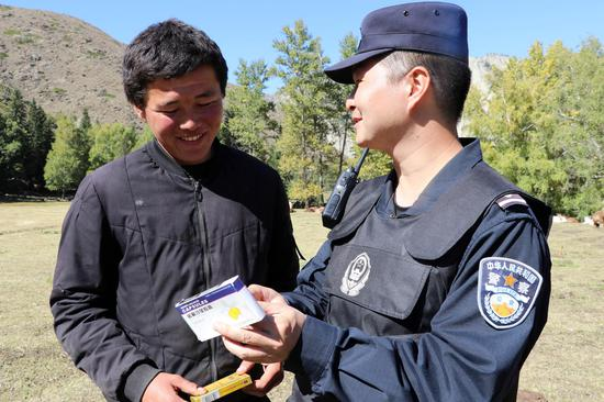 民警正在向牧民发放日常药品。