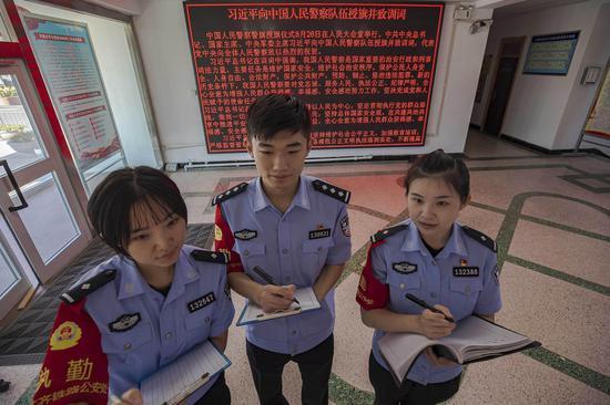 青年民警对书写训词的优秀硬笔书汉进行认真临摹。