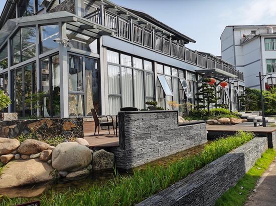 东阳援建的印象书吧庭院。东阳宣传部提供