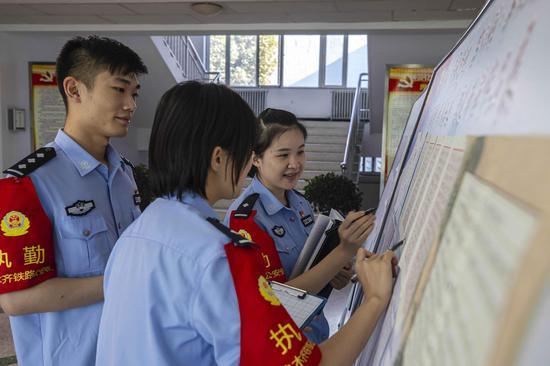 青年民警对书写训词优秀作品进行交流。