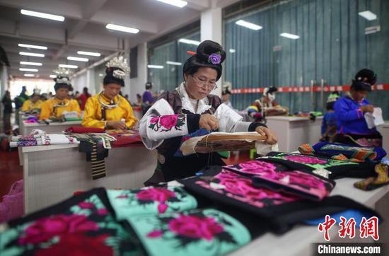 贵州丹寨:易地扶贫安置点 比拼手工秀技艺