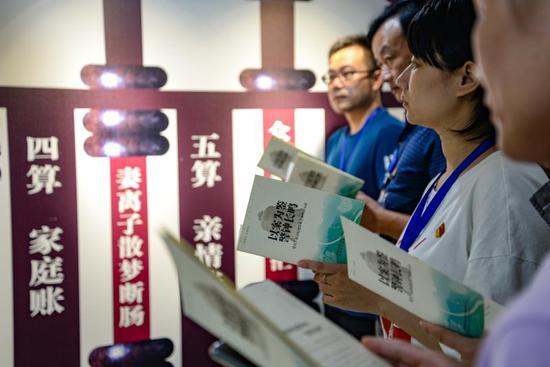 """杭州市上城区的基层干部警示教育馆内,青年党员干部以案为鉴接受来自""""身边人""""的警示教育。阮金荣摄"""