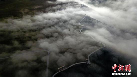 """新疆天鹅湖""""现""""平流云奇观 云雾缭绕美不胜收"""