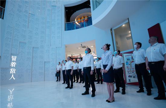 温州银行总行党委理论中心组赴瑞安国旗教育馆开展现场学习活动。温州银行供图