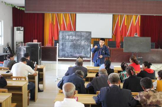 2019年7月1日,康喀勒村第一书记黄耀德讲党课。李昌陵摄