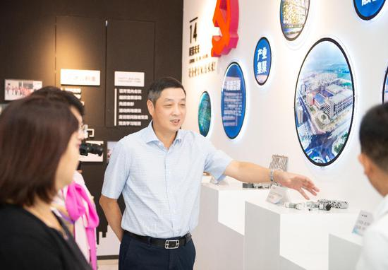 温州银行党委书记、董事长叶建清走访平阳万洋众创城。温州银行供图