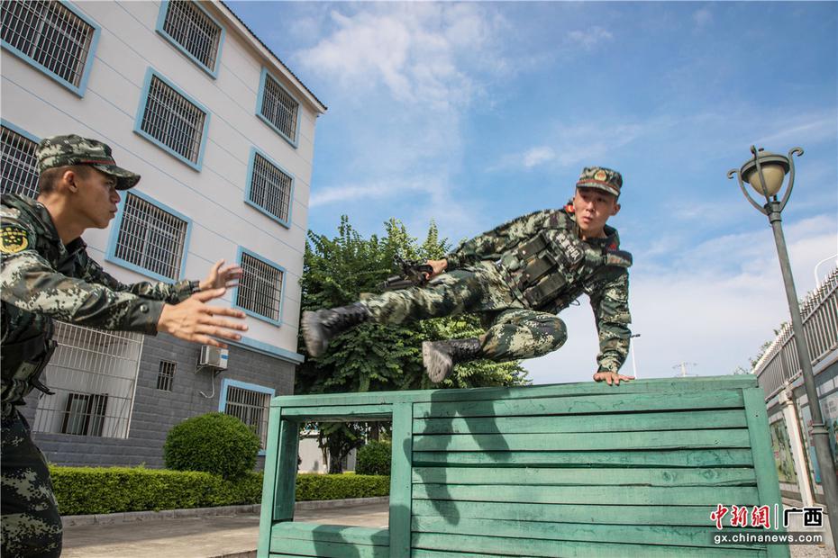 广西来宾武警官兵开展强化训练