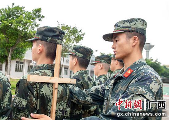 武警广西总队组织新兵开展适应性训练