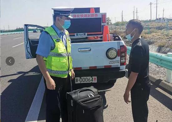 行李箱意外掉落  新疆高速交警物归原主