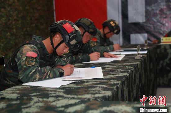 武警六盘水支队特战队员进行侦查标图。 何昆 摄