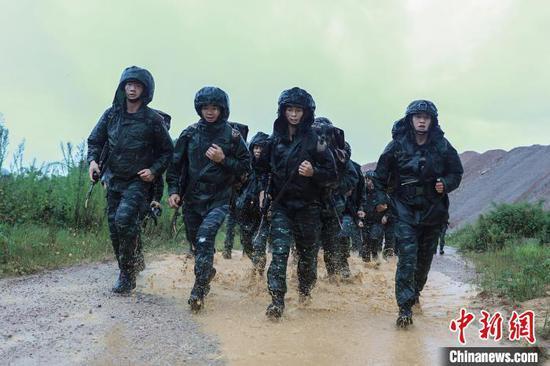武警黔东南支队特战队员进行武装奔袭。 郭英杰 摄