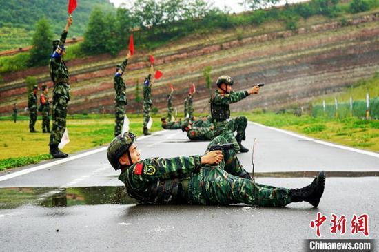 武警黔西南支队特战队员进行射击训练。 宋文明 摄