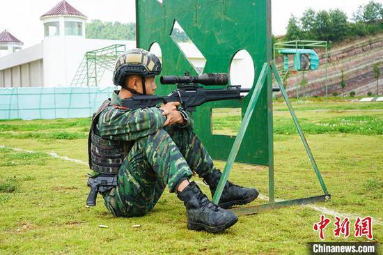 武警黔西南支队特战队员利用射孔狙杀目标。 王培龙 摄