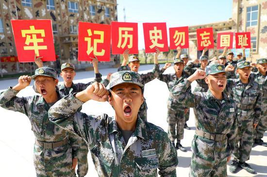 新兵手举右手庄严进行宣誓。