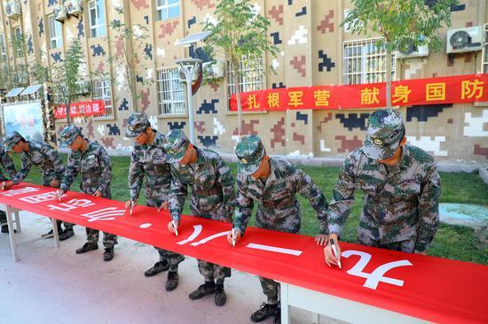 """纪念""""九一八"""": 新疆军区某训练基地刚入营新兵在行动"""