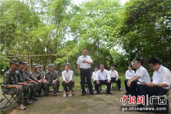 与凭祥驻军部队联合开展主题党日活动。胡仁艳 摄