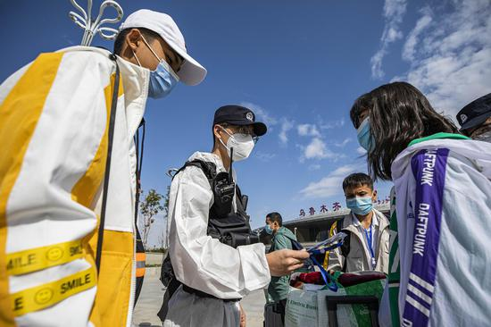 民警在车站广场帮助内高内职班学生确定候车区域。