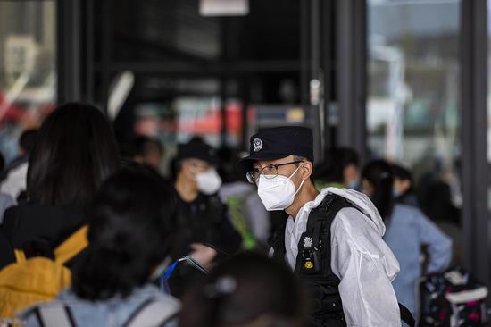 民警在进站安检通道提醒内高内职班学生注意安全。