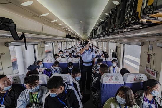 乌鲁木齐至北京西Z70次旅客列车乘警在车厢向内高内职班学生讲解乘车安全注意事项。