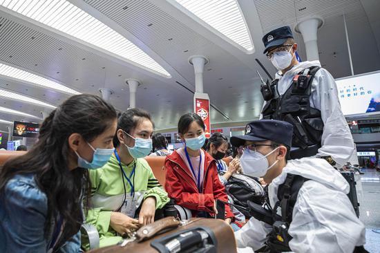 """新疆铁警护航""""内高内职""""班学生安全乘车"""