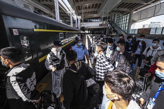 车站值勤民警与乘警在站台维护内高内职班学生上车安全。
