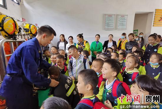 贵州遵义:萌娃进消防学习安全知识-中国新闻网—贵州新闻