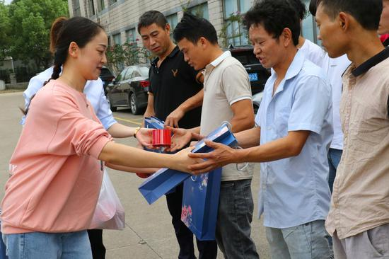 慰问普安在镇海就业的员工。镇海宣传部供图