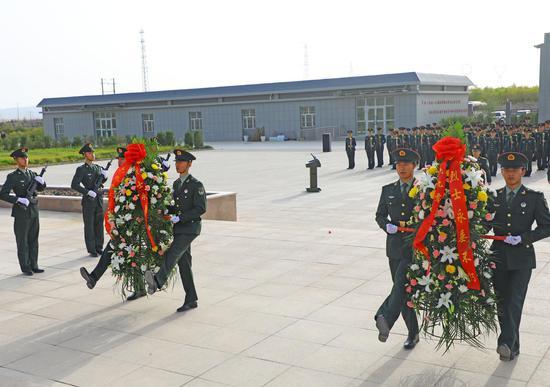 """新疆军区某部开展""""烈士纪念日""""纪念仪式"""