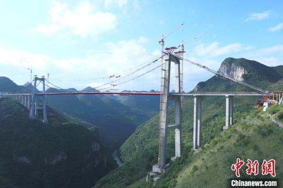图为建设中的峰林特大桥全貌。 刘叶琳 摄