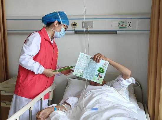 志愿者向患者宣传垃圾分类 陈爱君 摄