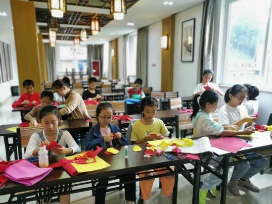 大峃镇凤垟文化礼堂,孩子们在制作红灯笼。文成供图