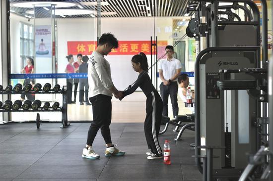 健身房内市民正在锻炼。汪旭莹 摄